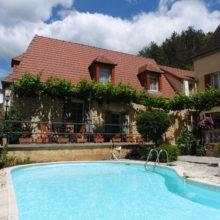 La terrasse de la Suite Familiale. Chambres d'Hôtes La Belle Demeure, en Dordogne, au cœur du Périgord Noir, proche de Sarlat. Les lits douillets sont équipés de linge 100% coton en Seersucker. Salle d'eau attenante à chaque chambre. Suite Familiale. Table d'hôtes et Piscine. Consultez nos tarifs sur notre site internet.