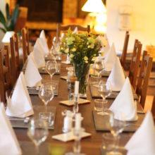 Notre Table d'Hôtes dans la salle à manger de La Belle Demeure. Chambres d'Hôtes La Belle Demeure, en Dordogne, au cœur du Périgord Noir, proche de Sarlat. Les lits douillets sont équipés de linge 100% coton en Seersucker. Salle d'eau attenante à chaque chambre. Suite Familiale. Table d'hôtes et Piscine. Consultez nos tarifs sur notre site internet