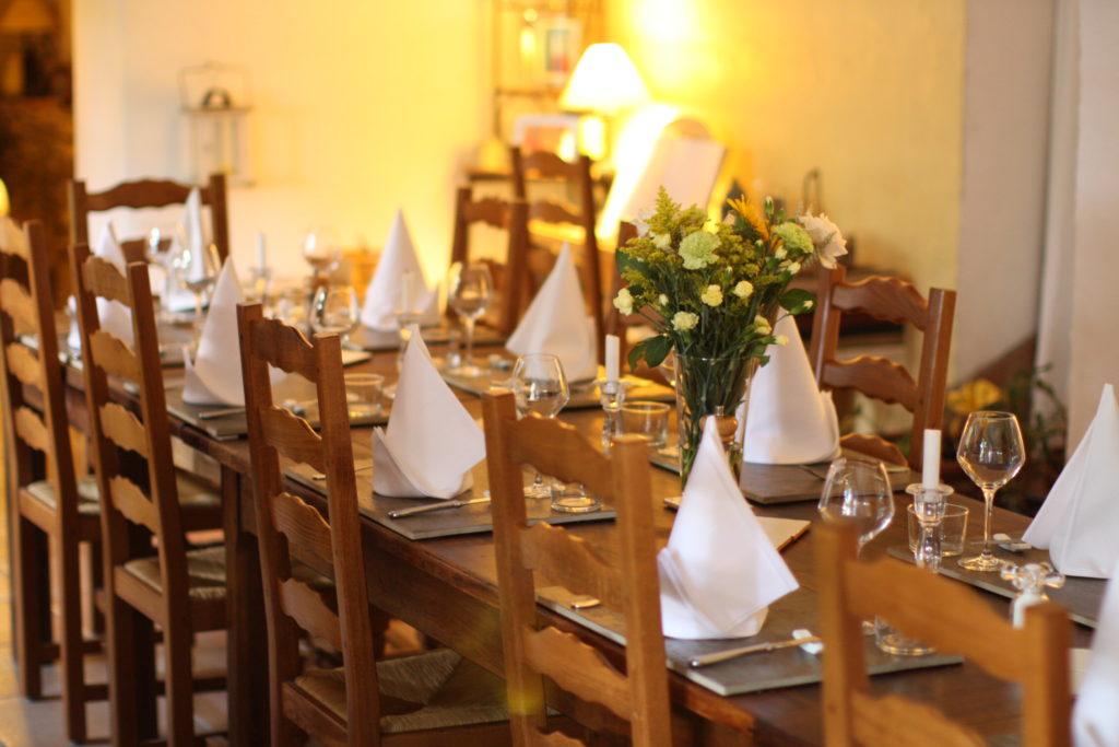 Table d'Hôtes dans la salle à manger de La Belle Demeure. Chambres d'Hôtes La Belle Demeure, en Dordogne, au cœur du Périgord Noir, proche de Sarlat. Les lits douillets sont équipés de linge 100% coton en Seersucker. Salle d'eau attenante à chaque chambre. Suite Familiale. Table d'hôtes et Piscine. Consultez nos tarifs sur notre site internet