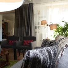 Le salon et la Table d'Hôtes. Chambres d'Hôtes La Belle Demeure, en Dordogne, au cœur du Périgord Noir, proche de Sarlat. Les lits douillets sont équipés de linge 100% coton en Seersucker. Salle d'eau attenante à chaque chambre. Suite Familiale. Table d'hôtes et Piscine. Consultez nos tarifs sur notre site internet