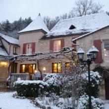 Chambres d'Hôtes La Belle Demeure en hiver, en Dordogne, au cœur du Périgord Noir, proche de Sarlat. Les lits douillets sont équipés de linge 100% coton en Seersucker. Salle d'eau attenante à chaque chambre. Suite Familiale. Table d'hôtes et Piscine. Consultez nos tarifs sur notre site internet.