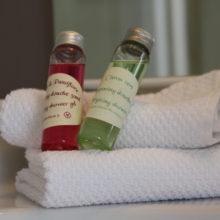 Gels douches et savon artisanal disponible dans les Chambres d'Hôtes La Belle Demeure, en Dordogne, au cœur du Périgord Noir, proche de Sarlat. Les lits douillets sont équipés de linge 100% coton en Seersucker. Salle d'eau attenante à chaque chambre. Suite Familiale. Table d'hôtes et Piscine. Consultez nos tarifs sur notre site internet.
