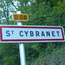 Saint Cybranet Chambres d'Hôtes La Belle Demeure, en Dordogne, au cœur du Périgord Noir, proche de Sarlat. Les lits douillets sont équipés de linge 100% coton en Seersucker. Salle d'eau attenante à chaque chambre. Suite Familiale. Table d'hôtes et Piscine.