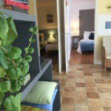 Le salon de La Suite Familiale, Chambres d'Hôtes La Belle Demeure, en Dordogne, au cœur du Périgord Noir, proche de Sarlat. Les lits douillets sont équipés de linge 100% coton en Seersucker. Salle d'eau attenante à chaque chambre. Suite Familiale. Table d'hôtes et Piscine. Consultez nos tarifs sur notre site internet