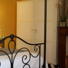 La Treille - a large 'Confort' bedroom, 22m² in size, four poster bed 160 by 200 cm. Chambres d'Hôtes La Belle Demeure, Bed and Breakfast in the heart of the Périgord Noir, Dordogne near to Sarlat. Pleasantly furnished en-suite guestrooms with comfortable beds, covered with 100% cotton Seersucker linen. Bedrooms. Table d'hôtes Evening Meal and Swimming Pool.