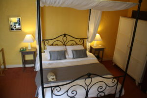 One of the larger guestrooms at La Belle Demeure Bed and Breakfast. A large 'Confort' bedroom, 21m² in size, bed 160 by 200 cm. In the heart of the Périgord Noir, Dordogne near to Sarlat. Pleasantly furnished en-suite guestrooms with comfortable beds, covered with 100% cotton Seersucker linen. Bedrooms. Table d'hôtes Evening Meal and Swimming Pool. For our nightly tariff, please look at our website.