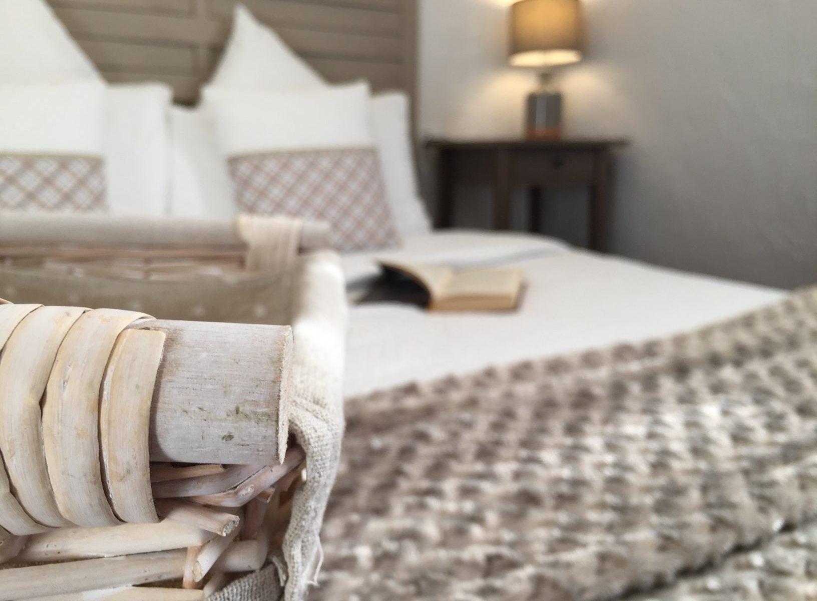 Location d'une Chambre ou Suite, lit 160x200 cm. Chambres d'Hôtes La Belle Demeure, en Dordogne, au cœur du Périgord Noir, proche de Sarlat. Les lits douillets sont équipés de linge 100% coton en Seersucker. Salle d'eau attenante à chaque chambre. Suite Familiale. Table d'hôtes et Piscine. Consultez nos tarifs sur notre site internet.