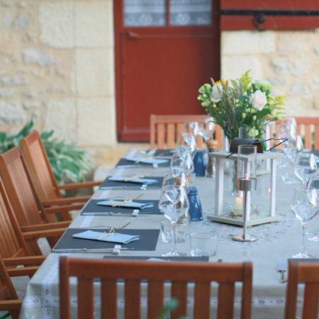 La Table d'Hôtes, sur la terrasse face à la piscine. Chambres d'Hôtes La Belle Demeure, en Dordogne, au cœur du Périgord Noir, proche de Sarlat. Les lits douillets sont équipés de linge 100% coton en Seersucker. Salle d'eau attenante à chaque chambre. Suite Familiale. Table d'hôtes et Piscine. Consultez nos tarifs sur notre site internet.
