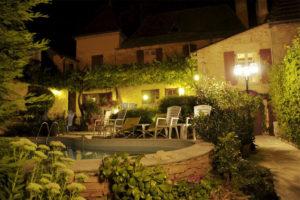 Le soir, Chambres d'Hôtes La Belle Demeure, en Dordogne, au cœur du Périgord Noir, proche de Sarlat. Les lits douillets sont équipés de linge 100% coton en Seersucker. Salle d'eau attenante à chaque chambre. Suite Familiale. Table d'hôtes et Piscine. Consultez nos tarifs sur notre site internet.