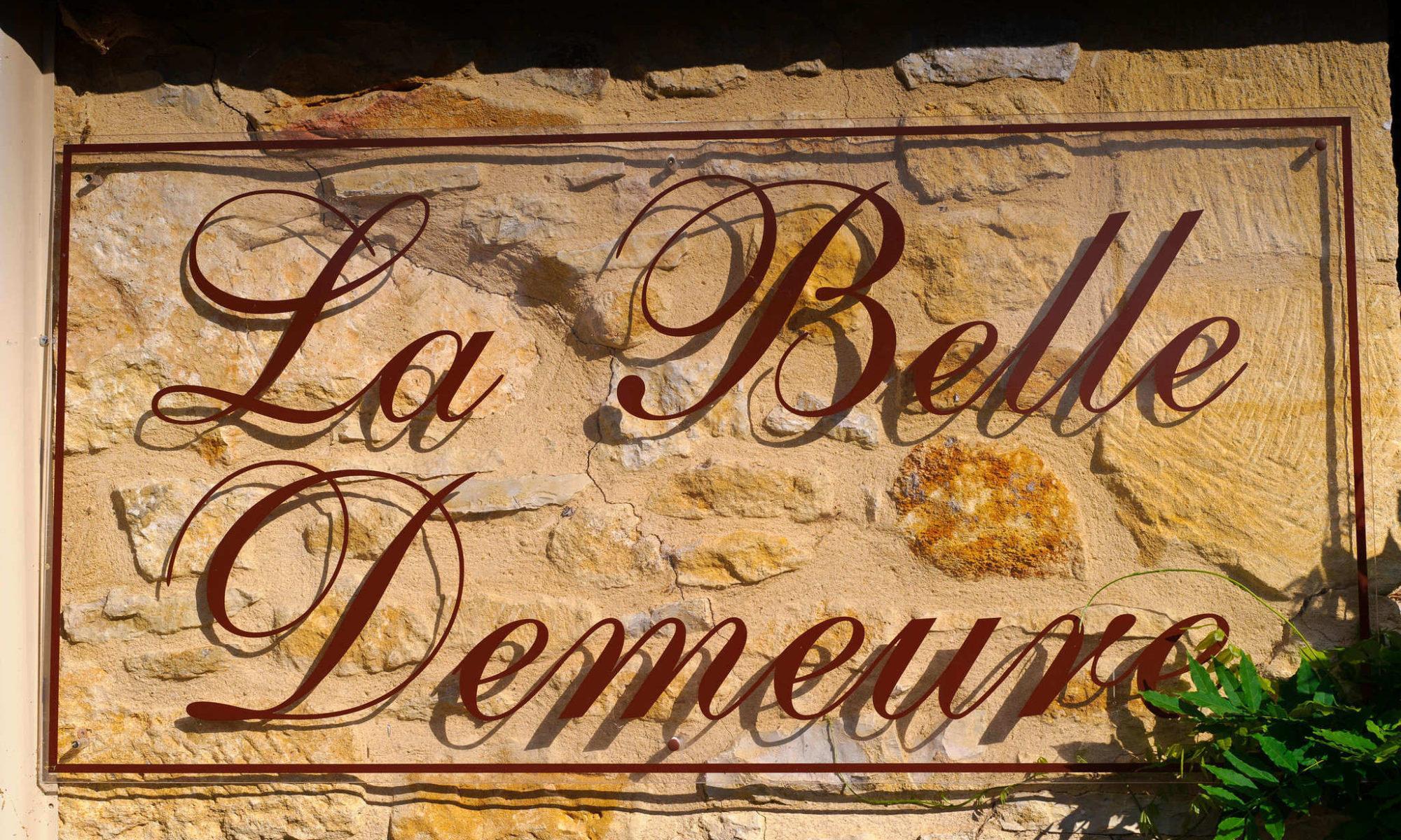 Pierre du Périgord. Directions afin de trouver le Chambres d'Hôtes La Belle Demeure, en Dordogne, au cœur du Périgord Noir, proche de Sarlat. Les lits douillets sont équipés de linge 100% coton en Seersucker. Salle d'eau attenante à chaque chambre. Suite Familiale. Table d'hôtes et Piscine. Consultez nos tarifs et références sur notre site internet.