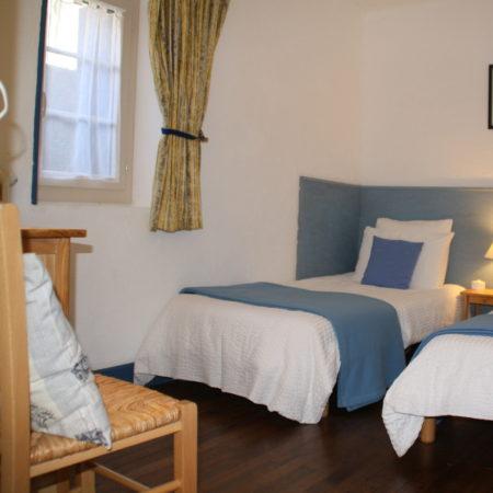 La Chambre à 2 lits dans la Suite Familiale. Chambres d'Hôtes La Belle Demeure, en Dordogne, au cœur du Périgord Noir, proche de Sarlat. Les lits douillets sont équipés de linge 100% coton en Seersucker. Salle d'eau attenante à chaque chambre. Suite Familiale. Table d'hôtes et Piscine. Consultez nos tarifs sur notre site internet.