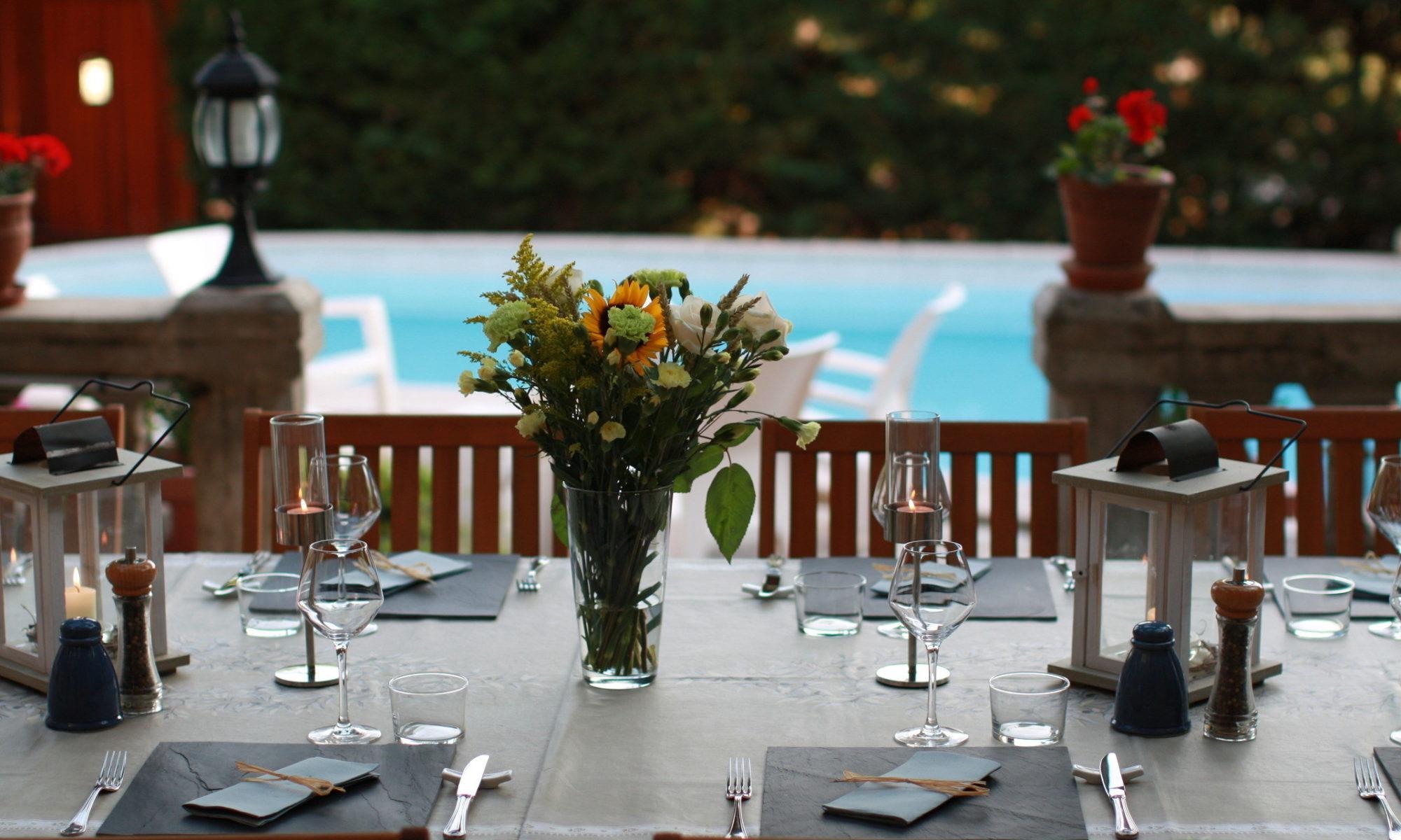 La Table d'Hôtes sur la terrasse face à la piscine. Chambres d'Hôtes La Belle Demeure, en Dordogne, au cœur du Périgord Noir, proche de Sarlat. Les lits douillets sont équipés de linge 100% coton en Seersucker. Salle d'eau attenante à chaque chambre. Suite Familiale. Table d'hôtes et Piscine. Consultez nos tarifs sur notre site internet