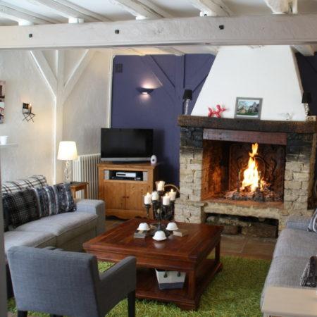 Salon. Table d'Hôtes Chambres d'Hôtes La Belle Demeure, en Dordogne, au cœur du Périgord Noir, proche de Sarlat. Les lits douillets sont équipés de linge 100% coton en Seersucker. Salle d'eau attenante à chaque chambre. Suite Familiale. Table d'hôtes et Piscine. Consultez nos tarifs sur notre site internet