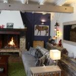 Notre salon pour la Table d'Hôtes. Chambres d'Hôtes La Belle Demeure, en Dordogne, au cœur du Périgord Noir, proche de Sarlat. Les lits douillets sont équipés de linge 100% coton en Seersucker. Salle d'eau attenante à chaque chambre. Suite Familiale. Table d'hôtes et Piscine. Consultez nos tarifs sur notre site internet