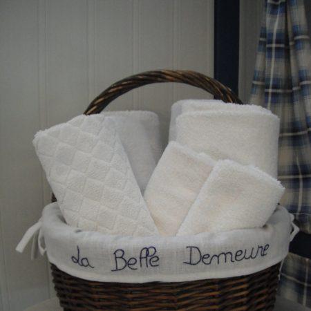 Linge 100% Coton. Chambres d'Hôtes La Belle Demeure, en Dordogne, au cœur du Périgord Noir, proche de Sarlat. Les lits douillets sont équipés de linge 100% coton en Seersucker. Salle d'eau attenante à chaque chambre. Suite Familiale. Table d'hôtes et Piscine. Consultez nos tarifs sur notre site internet.