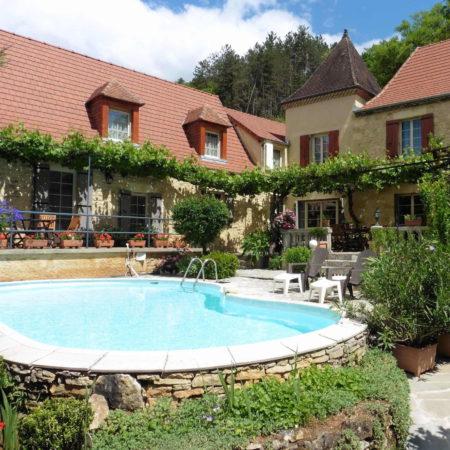 Chambres et Table d'Hôtes La Belle Demeure, en Dordogne, au cœur du Périgord Noir, proche de Sarlat. Les lits douillets sont équipés de linge 100% coton en Seersucker. Salle d'eau attenante à chaque chambre. Suite Familiale. Table d'hôtes et Piscine. Consultez nos tarifs sur notre site internet.