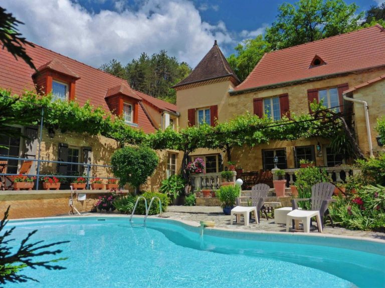Bed and Breakfast. La Belle Demeure, in the heart of the Périgord Noir, Dordogne near to Sarlat. Pleasantly furnished en-suite guestrooms with comfortable beds, covered with 100% cotton Seersucker linen. Family Suite. Table d'hôtes Evening Meal and Swimming Pool.