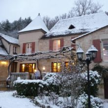 A Winter frosting of snow at La Belle Demeure Bed and Breakfast tariff grid on our website. In the heart of the Périgord Noir, Dordogne near to Sarlat. Pleasantly furnished en-suite guestrooms with comfortable beds, covered with 100% cotton Seersucker linen. Bedrooms. Table d'hôtes and Swimming Pool. For our nightly tariff, please look at our website.