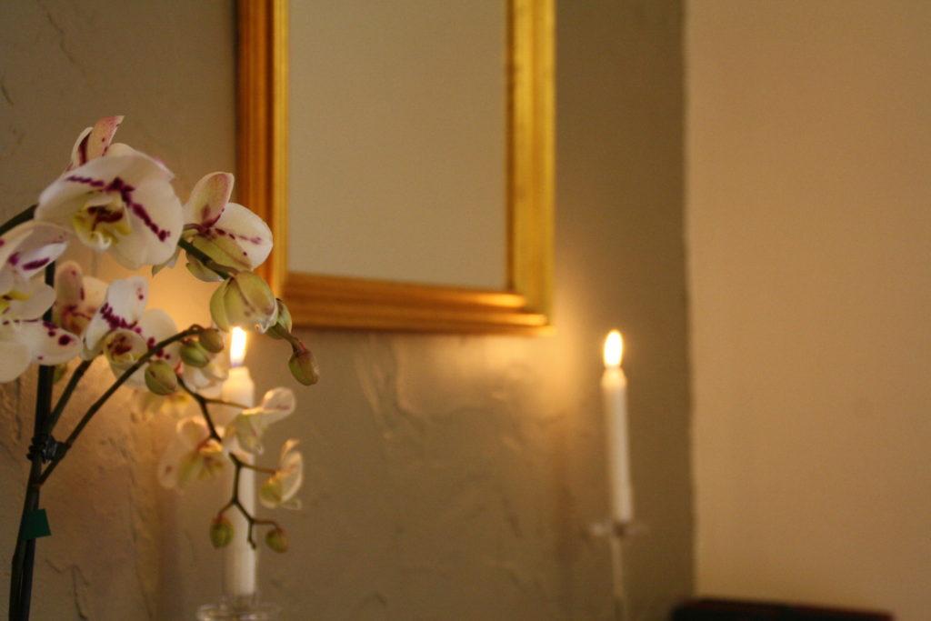 Les détails, toute la différence. Chambres d'Hôtes La Belle Demeure, en Dordogne, au cœur du Périgord Noir, proche de Sarlat. Les lits douillets sont équipés de linge 100% coton en Seersucker. Salle d'eau attenante à chaque chambre. Suite Familiale. Table d'hôtes et Piscine. Consultez nos tarifs sur notre site internet.