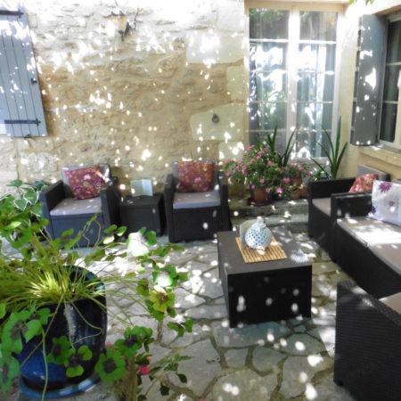 Salon extèrieur et Table d'Hôtes. Chambres d'Hôtes La Belle Demeure, en Dordogne, au cœur du Périgord Noir, proche de Sarlat. Les lits douillets sont équipés de linge 100% coton en Seersucker. Salle d'eau attenante à chaque chambre. Suite Familiale. Table d'hôtes et Piscine. Consultez nos tarifs sur notre site internet.