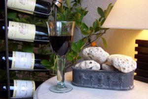 A la Table d'Hôtes, dégustez une bonne bouteille de vin Chambres d'Hôtes La Belle Demeure, en Dordogne, au cœur du Périgord Noir, proche de Sarlat. Les lits douillets sont équipés de linge 100% coton en Seersucker. Salle d'eau attenante à chaque chambre. Suite Familiale. Table d'hôtes et Piscine. Consultez nos tarifs sur notre site internet.