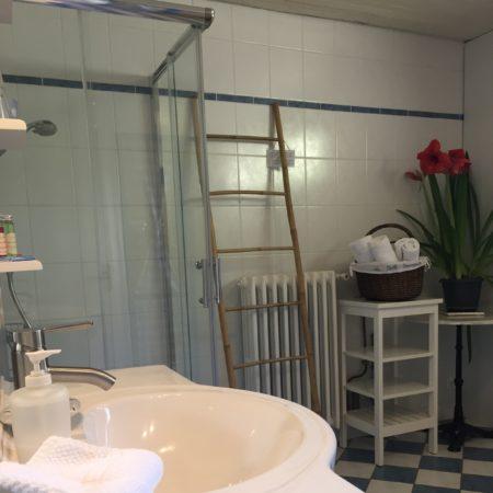 Salle d'eau spacieuse de La Suite Familiale, Chambres d'Hôtes La Belle Demeure, en Dordogne, au cœur du Périgord Noir, proche de Sarlat. Les lits douillets sont équipés de linge 100% coton en Seersucker. Salle d'eau attenante à chaque chambre. Suite Familiale. Table d'hôtes et Piscine. Consultez nos tarifs sur notre site internet.