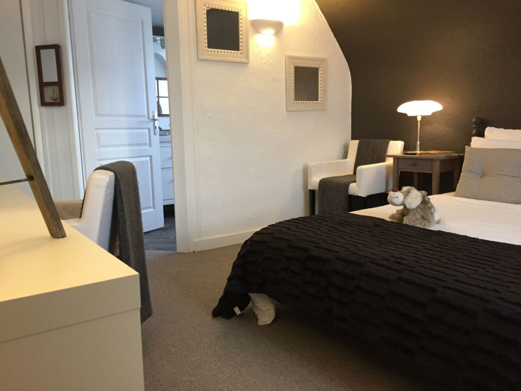 One of the rooms at La Belle Demeure Bed and Breakfast. A large 'Confort' bedroom, 21m² in size, bed 160 by 200 cm. In the heart of the Périgord Noir, Dordogne near to Sarlat. Pleasantly furnished en-suite guestrooms with comfortable beds, covered with 100% cotton Seersucker linen. Bedrooms. Table d'hôtes Evening Meal and Swimming Pool. For our nightly tariff, please look at our website.