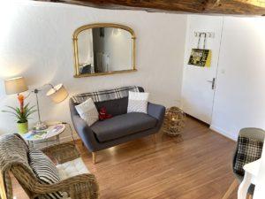 Chelsea Suite, 26m², lit 160x200 cm. Chambres d'Hôtes La Belle Demeure, en Dordogne, au cœur du Périgord Noir, proche de Sarlat. Les lits douillets sont équipés de linge 100% coton en Seersucker. Salle d'eau attenante à chaque chambre. Suite Familiale. Table d'hôtes et Piscine. Consultez nos tarifs sur notre site internet.