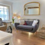 Une chambre et un salon, la Suite Chelsea, 26m², lit 160x200 cm. Chambres d'Hôtes La Belle Demeure, en Dordogne, au cœur du Périgord Noir, proche de Sarlat. Les lits douillets sont équipés de linge 100% coton en Seersucker. Salle d'eau attenante à chaque chambre. Suite Familiale. Table d'hôtes et Piscine. Consultez nos tarifs sur notre site internet.