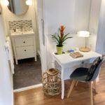Une suite à La Belle Demeure, Chelsea, 26m², lit 160x200 cm. Chambres d'Hôtes La Belle Demeure, en Dordogne, au cœur du Périgord Noir, proche de Sarlat. Les lits douillets sont équipés de linge 100% coton en Seersucker. Salle d'eau attenante à chaque chambre. Suite Familiale. Table d'hôtes et Piscine. Consultez nos tarifs sur notre site internet.